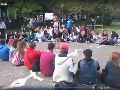 Video. CE. Il 'Buonarroti' in piazza Vanvitelli a fare LEZIONE. Le immagini e le parole di Marzuillo (Rete Genitori Scuole)