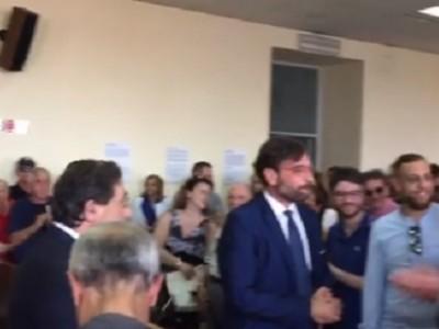 VIDEO. AVERSA. Sala Consiliare. L'abbraccio dei cittadini al nuovo sindaco Alfonso Golia