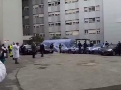 Video. CE. Il saluto delle forze dell'ordine a medici e infermieri dell'Ospedale S.Anna e S.Sebastiano