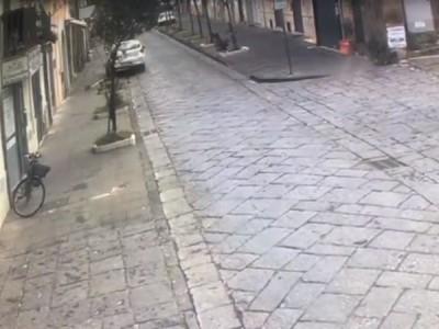 Video. Aversa. Auto abbatte palo segnaletica a marcia indietro