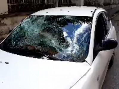 VIDEO. Ore 16.26. CE. Cade tronco albero su un'auto che transitava in C.so Giannone. Sfondato parabrezza